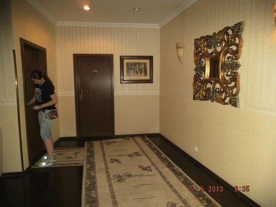 Swiss Hotel: в коридоре перед номером