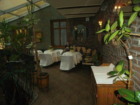 Swiss Hotel: кофейный столики при спуске в ресторан