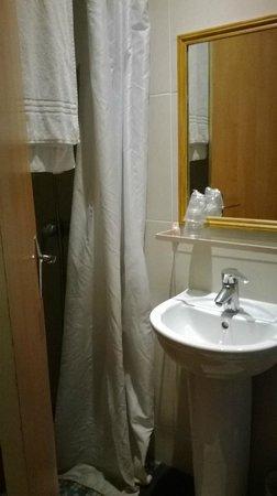 """Grand Hotel Amelot: GH Amelot: particolare bagnetto: il lavabo lillipuziano con il """"comodissimo"""" ripiano in vetro"""