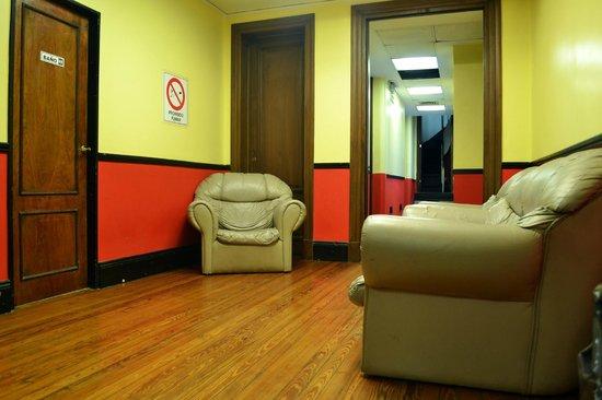 La Rocca Hostel: Sala de Estar en Primer Piso