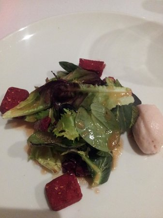 Restaurant Montiel: Salad with duck confit dusted with raspberry powder