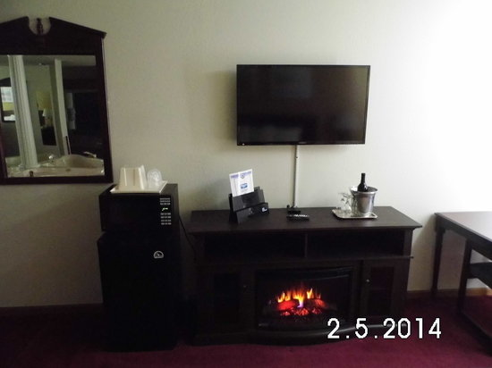Jacuzzie Room With Fire Place 40 Inch Led Tv Picture Of Rodeway Inn Cedar Rapid Cedar Rapids Tripadvisor