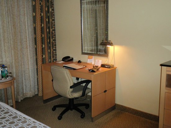 Crowne Plaza Orlando Universal: Desk in Standard Queen Room