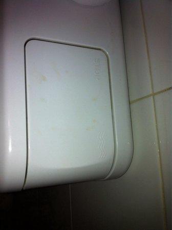 Hotel Neva - Paris : Chasse d'eau sale a mon arriver et le lendemain pareil