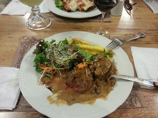 La Folie Cafe: Lomo fino con salsa champiñones
