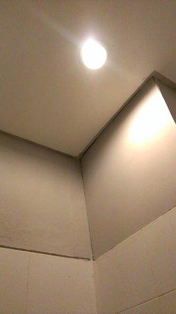 Legian Village Hotel: Bathroom ceiling and wall growing mold