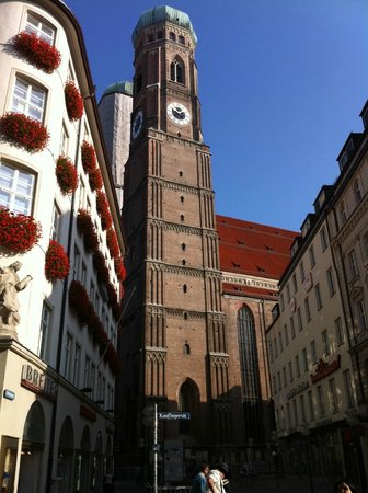 New Town Hall (Neus Rathaus) : Здание церкви на прилегающей к Карлплац улице