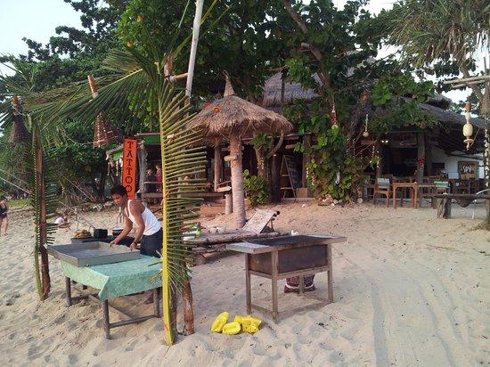 Coco Lanta Resort: Mise en place du BBQ pour griller le poisson