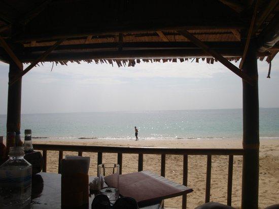 Seapearl Lanta Cottage : Vista dal tavolo del ristorante all'interno dell'albergo