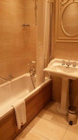 Peckforton Castle: Bathroom in a Classic Room