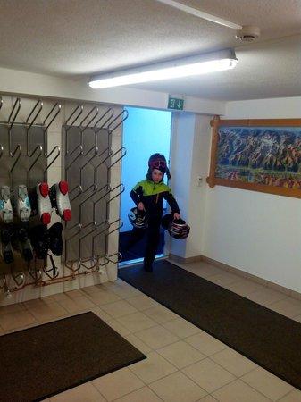 Alpenhof Apartments: Помещение для лыж и ботинок
