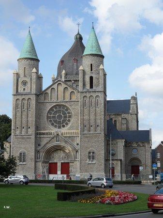 De Sint-Lambertuskerk ligt nabij de rotonde .