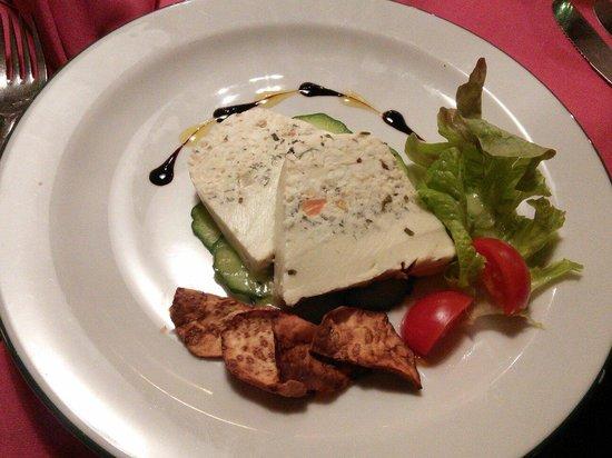 Restaurant Orgler: Террин из фермерских сыров на веере из огурца и чипсами из сельдерея