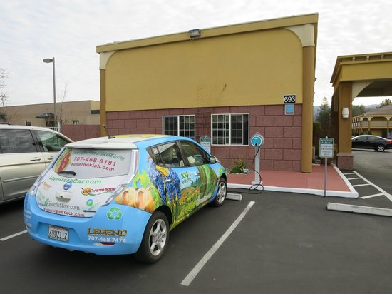 Super 8 Ukiah: Manager's electric car outside eco-friendly Ukiah Super 8