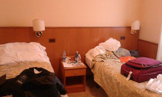 Hotel Museum : λίγο μικρά τα κρεβάτια. στη φωτο είναι και λίγο ακατάστατα αλλά δεν φταίει το ξενοδοχείο