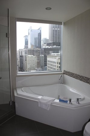 theWit - A DoubleTree by Hilton : Bathroom