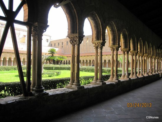 Duomo di Monreale: A partial view of the double columns and garden at the cloisters