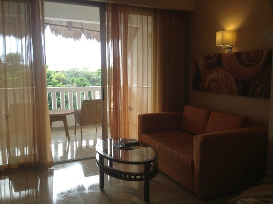 Grand Sunset Princess All Suites Resort: spacious sitting area