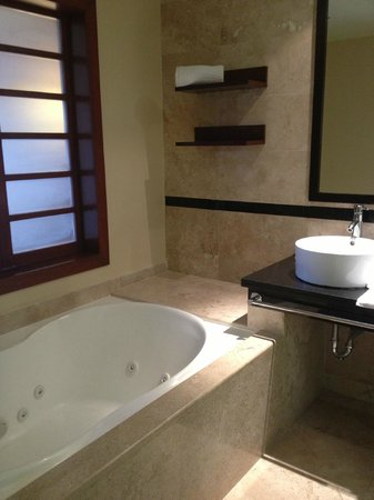 Grand Sunset Princess All Suites Resort: modern bathroom with tub and separate shower
