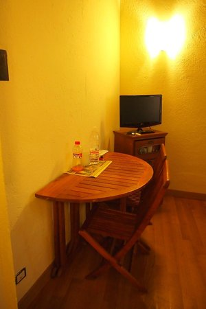Bollo Apartments: Room 2B TV and table