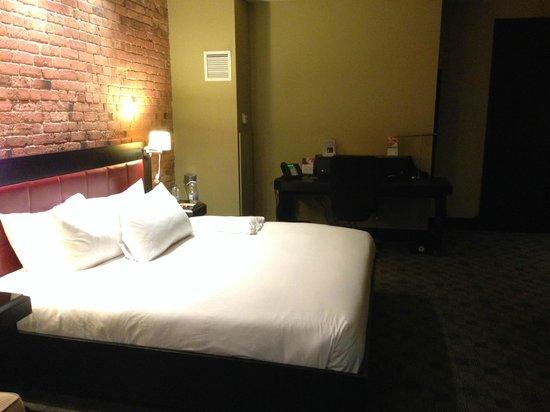 Le Place d'Armes Hotel & Suites: Work desk perfect for business traveller