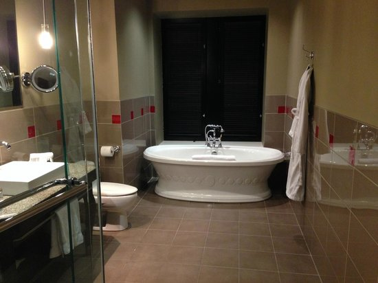 Le Place d'Armes Hotel & Suites : Very nice bathroom