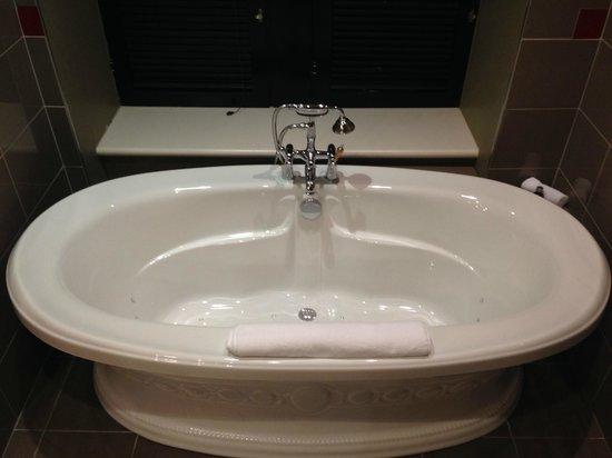 Le Place d'Armes Hotel & Suites: Nice large bath