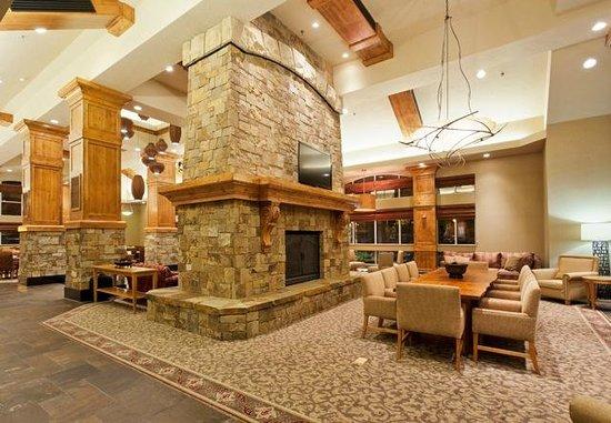 Elegant Hilton Garden Inn Bend: Lobby