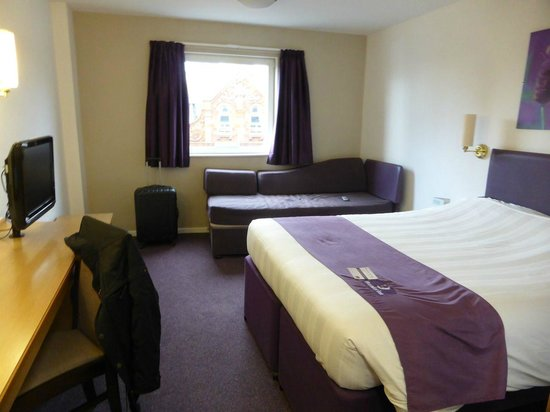 Premier Inn Manchester Central Hotel : The room - bed