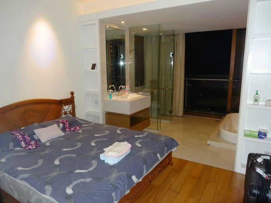 Serenity Coast Resort Sanya: Master Bedroom with Balcony and Soaking Tub and Shower