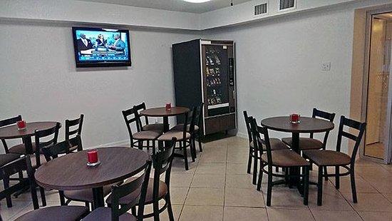 Studio 6 Del Rio: Vending Area