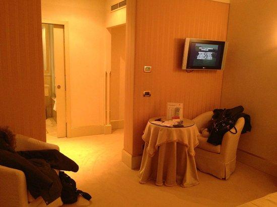 Hotel a La Commedia: room
