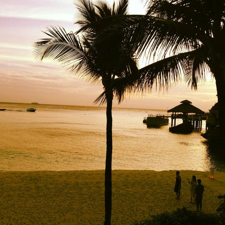Shangri-La's Boracay Resort & Spa: Overlooking the dock near sunset