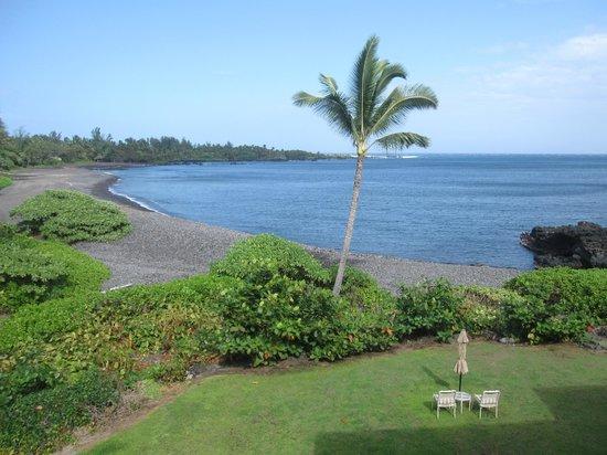 Hana Kai Maui: Day view of the rocky bay beach from unit #4
