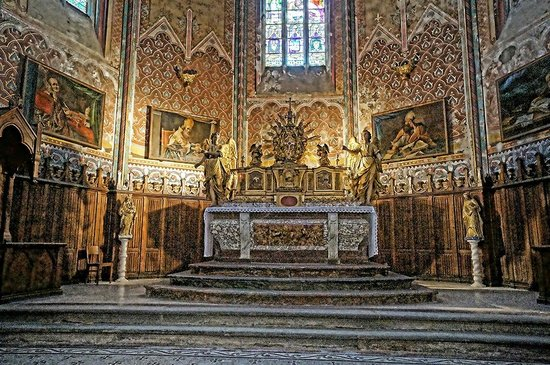 Abbaye de Lagrasse: The high altar of the Church of Saint-Michel flanked by Crespi's paintings of the Seven Sacramen