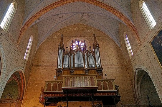 Abbaye de Lagrasse: Rose window and organ in the Church of Saint-Michel in Lagrasse