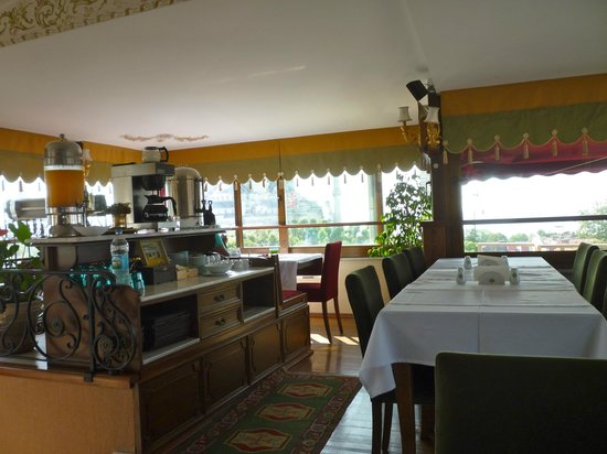 Alzer Hotel: The fifth floor breakfast room