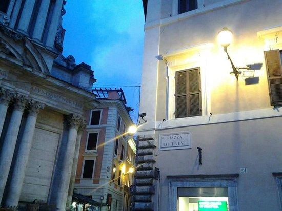 Trevi-Brunnen (Fontana di Trevi): the corner