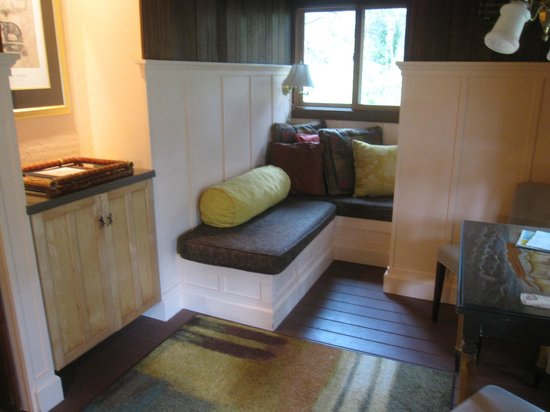Hale Ohia Cottages: reading nook and small living area