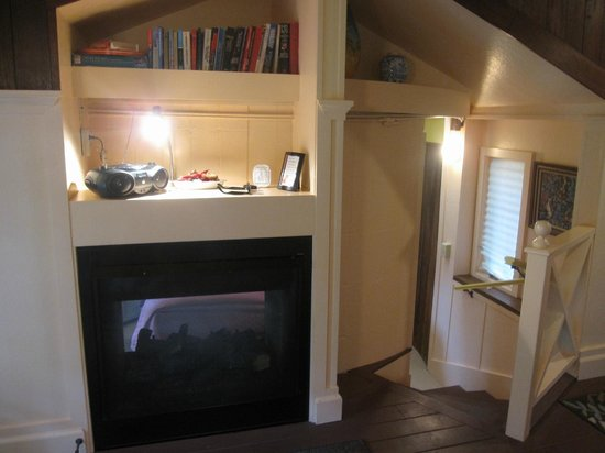 Hale Ohia Cottages : gas fireplace next to steps to bedroom