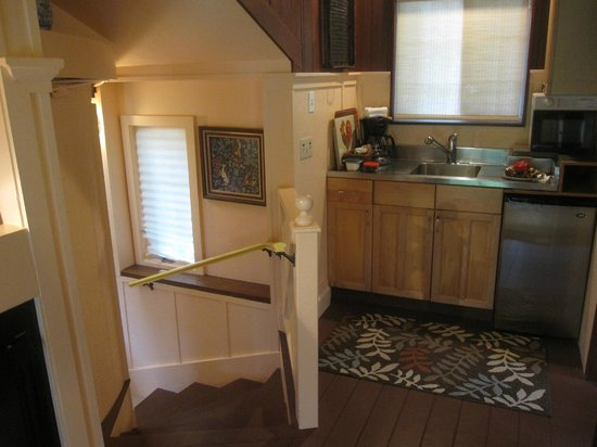 Hale Ohia Cottages : kitchenette and steps down to sunken bedroom
