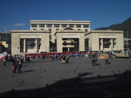 Capitolio Nacional : Across the square