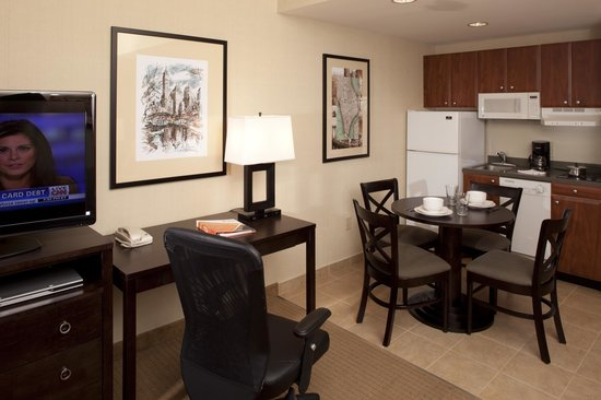 IHG Army Hotels Fort Hamilton: Guest Suite