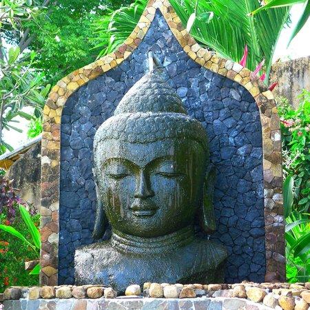 Bedulu Resort: Tête de Bouddha au dessus de la piscine