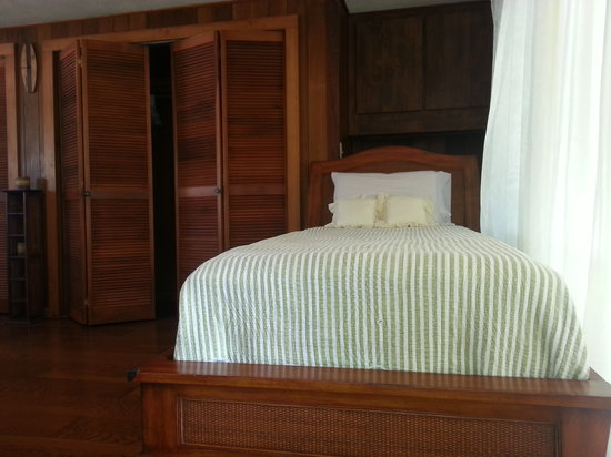 shaka shak louver closet doors and bali day bed in king studio