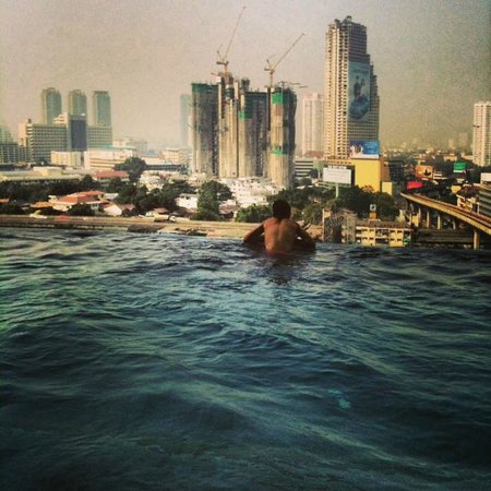 Eastin Grand Hotel Sathorn: Infinity pool in the afternoon
