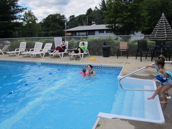 Adirondack Sunrise Motel & Cabins: We love the pool!!