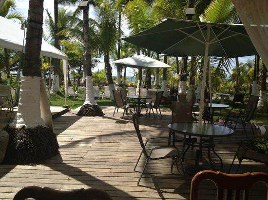 Copacabana Hotel & Suites: Vista Exterior , da hacia la playa