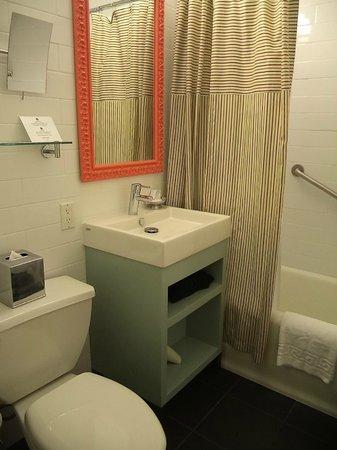 Hotel Carlton, a Joie de Vivre hotel: Bathroom