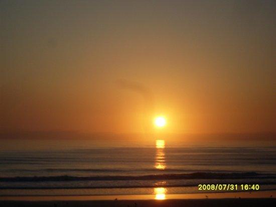 BEST WESTERN Aku Tiki Inn: The sun going down over the ocean